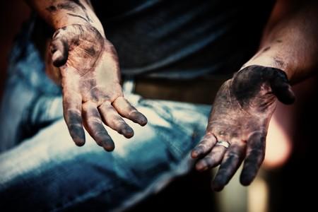 manos sucias: mec�nico con las manos sucias despu�s de la fijaci�n de los frenos