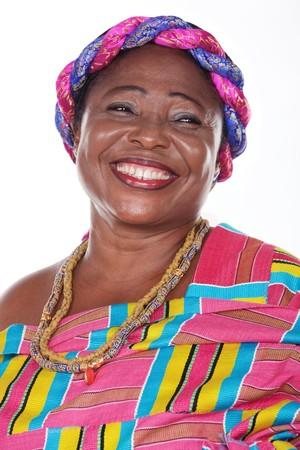 Mujer africana senior con ropa tradicional de Ghana, vestido rojo Foto de archivo - 93057502