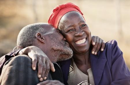 80代と70代のアフリカ系アメリカ人カップルを愛し、抱きしめてキスし、ボツワナ