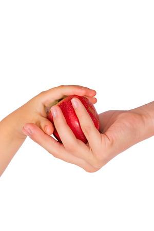 La chica trata a los niños con una manzana roja  Foto de archivo - 1528253