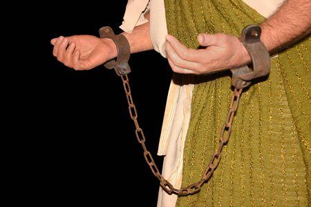 cuffed: un hombre con shackled los brazos Foto de archivo