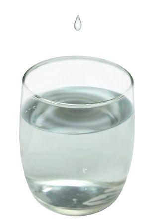 going in: un cristal de agua con un goteo que entra
