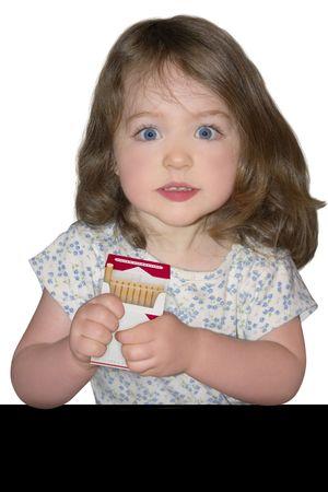 een klein meisje een open pakje sigaretten