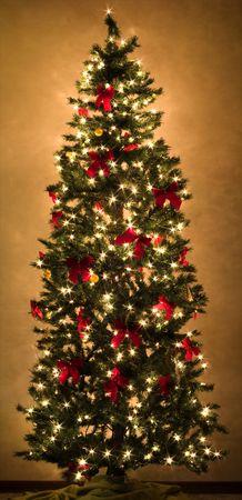 een prachtige kerstboom met gloeiende lampen Stockfoto