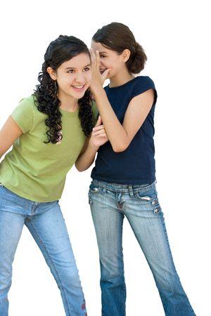 twee jonge meisjes lachen achter een andere meisjes terug