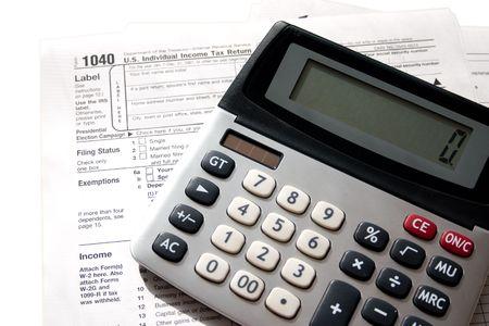 belasting papieren met een rekenmachine boven