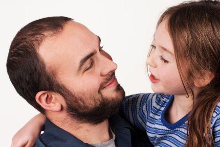 padres hablando con hijos: una hija de padre y los j�venes tener una conversaci�n
