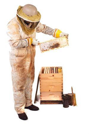 een imker bedrijf in een frame met honing en kam geïsoleerd