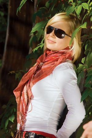 sole occhiali: Bella ragazza bionda in nero occhiali da sole in legno