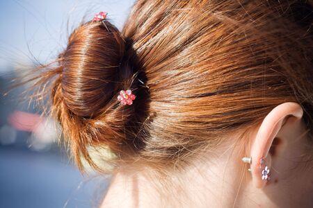 bollos: Chica de pelo marr�n con bollo joyeros Foto de archivo