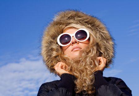 sole occhiali: Bella ragazza di grandi occhiali da sole contro il cielo blu