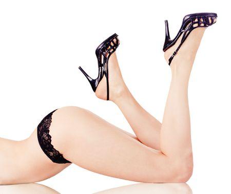 piernas con tacones: Mujer piernas aisladas sobre fondo blanco