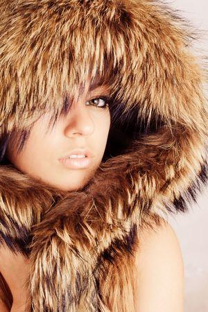 manteau de fourrure: Jeune fille jolie en fourrure hotte portrait