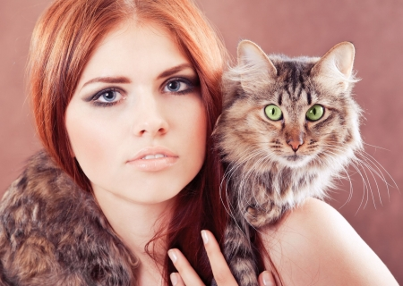 women face stare: Young pretty girl with a cat