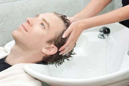 champu: Rubia en un sal�n de conseguir lavaba el cabello con SHA