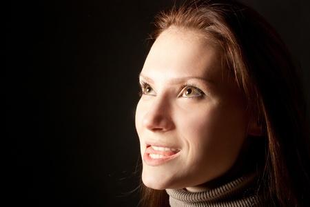 enigmatic: ritratto di enigmatiche donne sorridenti su uno sfondo nero