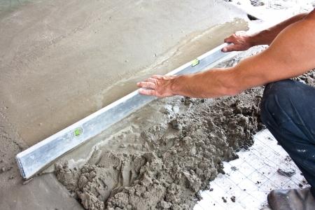 cemento: Yesero en el trabajo concreto trabajador piso del sitio de construcci�n