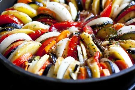 berenjena: Ratatouille, menestra de verduras en una sart?caliente Foto de archivo