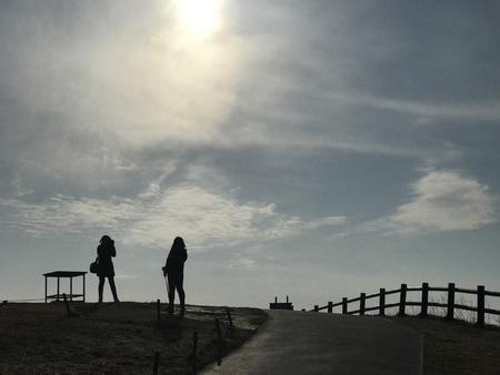 夕日を二人の女の子 写真素材