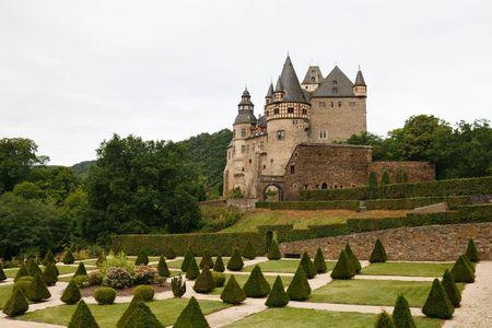 castillo medieval: La famosa B?rresheim de Schloss (Castillo de Burresheim) est� situado en la zona de Eifel en Renania-Palatinado, Alemania, cerca de la ciudad de Sankt Johann (Mayen).  Foto de archivo