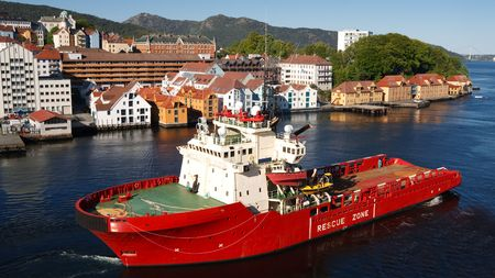石油リグ供給ボート ハーバー ベルゲン、ノルウェーで。バック グラウンドで、ベルゲンの都市。 写真素材