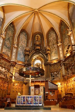 benedictine: Bas�lica en el monasterio de Montserrat, un espectacularmente bella abad�a benedictina de m�s arriba en las monta�as cerca de Barcelona, Catalu�a, Espa�a.  Foto de archivo