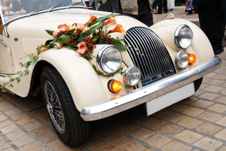 oldtimer: Vintage Wedding Car Decorated with Flowers.
