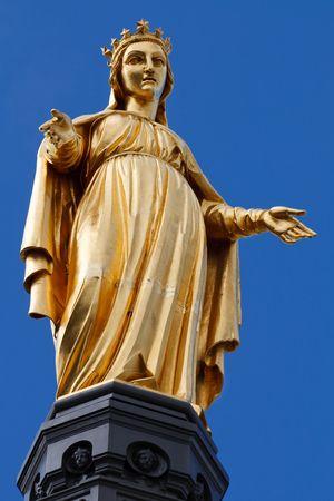 vierge marie: Golden Statue de la Vierge Marie  St Mary  Notre-Dame � Lyon, France. Ciel bleu clair en arri�re-plan.  Banque d'images