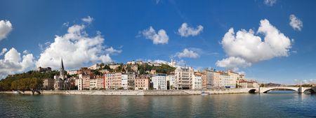 リヨン, フランス - リヨン旧市街、ソーヌ川、フルヴィエールのパノラマ ビュー。カラフルな家。澄んだ青い空。