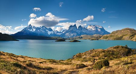 トレス デル パイネ国立公園、パタゴニア、チリ: 青緑色の湖 (Lago) Pehoe と雄大な Cuernos デルペイン (パインの角) 写真素材