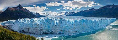 Le v�lage-Glacier Moreno Perito dans le lac (lac) Argentino pr�s de El Calafate, Patagonie, en Argentine.  Banque d'images
