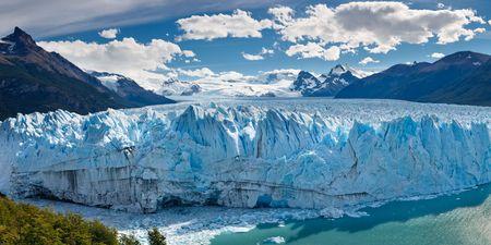 Le Glacier Perito Moreno vêlage dans le lac (lac) Argentino, le Parc National Los Glaciares, El Calafate, Patagonie, en Argentine.  Banque d'images
