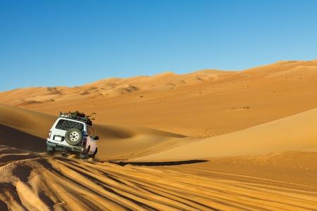 D�sert du Sahara Safari - un v�hicule tout-terrain conduite dans la mer de sable, Libye Awbari Banque d'images