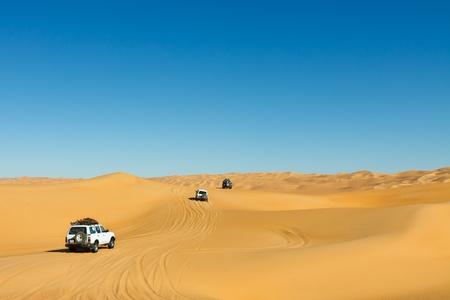desierto del sahara: Desierto del Sahara Safari - veh�culos todo terreno en el mar de arena de Awbari, Libia Foto de archivo