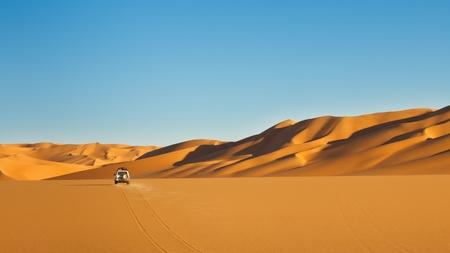 Désert du Sahara Safari - un véhicule tout-terrain conduite dans la mer de sable, Libye Awbari