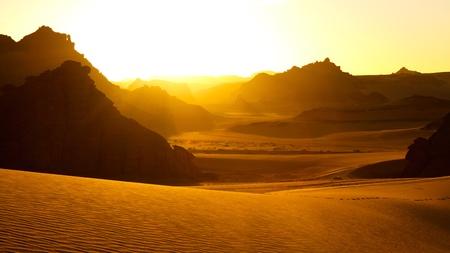 Sunrise - montagnes Akakus (Acacus), Sahara, Libye - formations rocheuses de gr�s Bizarre Banque d'images