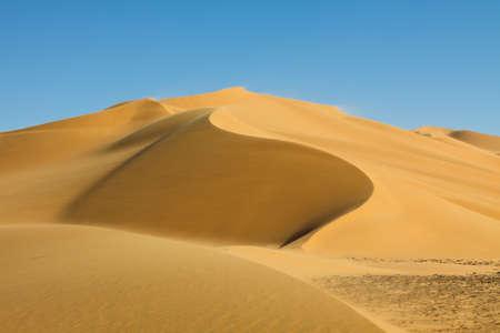 desierto del sahara: Hermosa duna en Erg Tamesset, desierto del Sahara, en Libia.