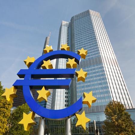 european union currency: S�mbolo del euro en el Banco Central Europeo (BCE) en Frankfurt, Alemania.