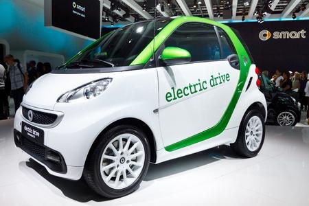 フランクフルト - 9 月 24: 電気スマートカー 2011 年 9 月 24 日に、ドイツのフランクフルトで 64 IAA モーター ショー (国際モーター ショー) で表示さ