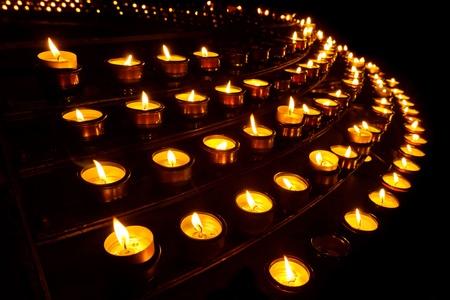 flickering: Innumerables velas de oraci�n en una iglesia.