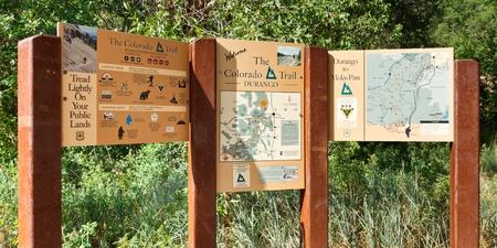 terminus: DURANGO, CO - 04 de agosto: Los signos que marca el extremo sur de Colorado, cerca de El Camino Druango, CO, el 4 de agosto de 2011. El sendero recorre 486 millas de Denver a Durango y es muy popular entre los excursionistas. Editorial