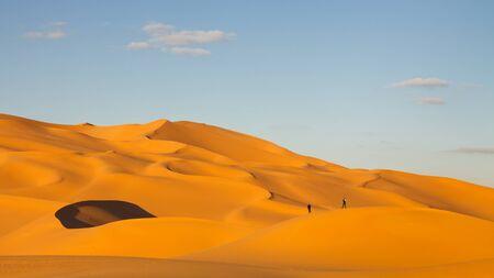 desierto del sahara: Turistas en las dunas de arena del desierto del Sahara, Libia
