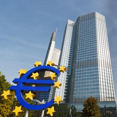 フランクフルト、ドイツの欧州中央銀行 (ECB) にユーロ通貨記号。
