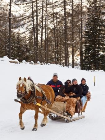 手綱でトゥーレス, イタリア - 1 月 23 日: 観光客 2012 年 1 月 23 日、上トゥーレス、南チロル、イタリアの手綱で馬に引かれたそりに乗ってお楽しみ 報道画像