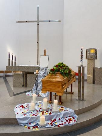 trumna: Coffin w kościele przed rozpoczęciem pogrzebowej.