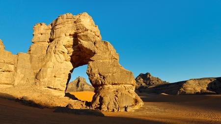 desierto del sahara: Enorme arco natural de la roca en el desierto del Sahara. Foto de archivo