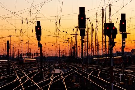Railroad Tracks bei einem großen Bahnhof bei Sonnenuntergang.