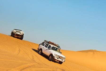 desierto del sahara: Desierto del Sahara Safari - veh�culos todo terreno de conducci�n en la arena de Awbari del mar, Libia Foto de archivo