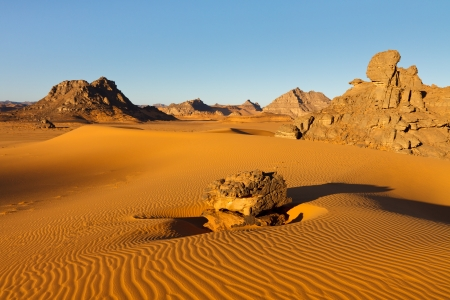 desierto del sahara: Akakus Acacus Mountains, Sahara, Libia - formaciones de roca arenisca Bizarre