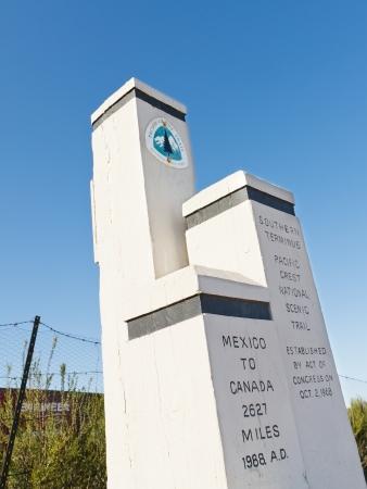 terminus: Monumento en el extremo sur de la Pacific Crest Trail (PCT) en la frontera de EE.UU.  M�xico, cerca de Campo, California, EE.UU.